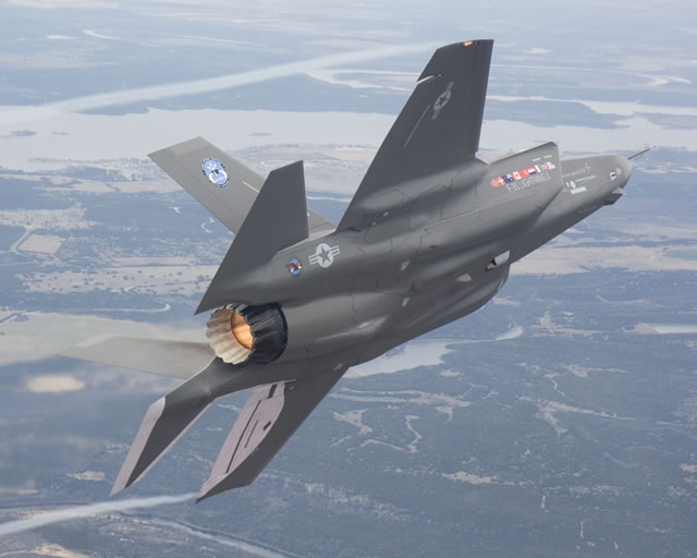 F-35 in flight w-PW135 No. 2